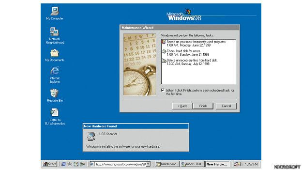 """Windows 98 es la primera versión de Windows diseñada específicamente para los consumidores. Los equipos son comunes en el trabajo y el hogar, en un momento en que también empiezan a a surgir los cibercafés. Windows 98 se describe como un sistema operativo que """"trabaja mejor, juega mejor"""".  (Presione la tecla ESC para salir de esta vista)"""